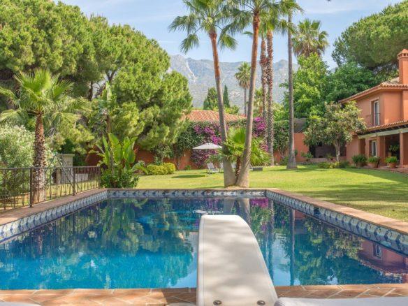 Pool and views to La Concha